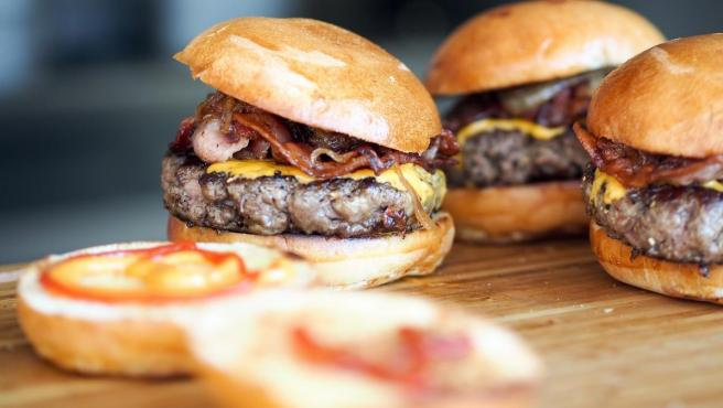 Una imagen de hamburguesas.