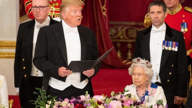 La reina Isabel II (dcha) y el presidente de los Estados Unidos, Donald J. Trump (izq), presiden una cena de gala en el Palacio de Buckingham, en Londres (Reino Unido).