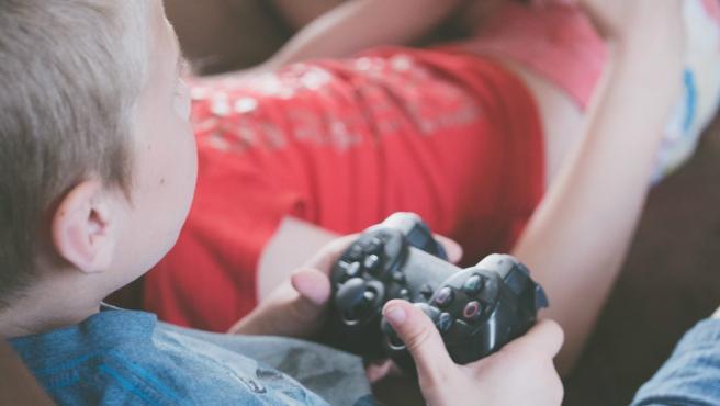 <p>Un niño jugando con una consola.</p>