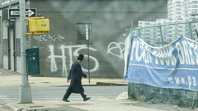 Un hombre con la ropa típica del judaísmo ortodoxo en Brooklyn, Nueva York.