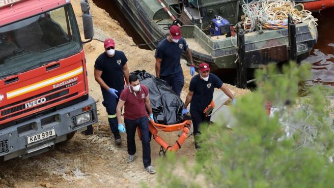 Traslado del cadáver hallado en el lago Mitsero, en Nicosia.