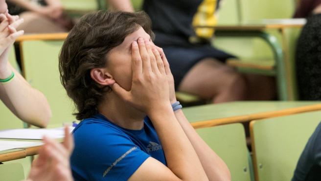 Un alumno durante el examen de Selectividad.
