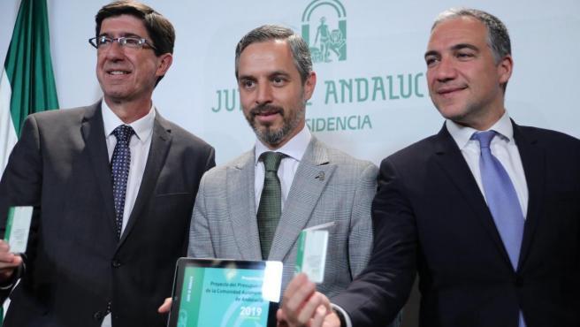 El vicepresidente de la Junta, Juan Marín (i), el consejero de Hacienda, Juan Bravo (c) y el consejero de Presidencia, Elías Bendodo (d), en la presentación de los presupuestos andaluces de 2019.