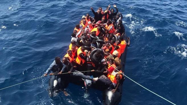 Imagen de archivo del rescate de un grupo de personas en una patera.