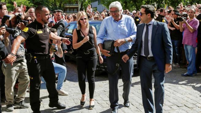 Francisco Reyes (2d), padre del futbolista, a su llegada al estadio Ramón Sánchez Pizjuán para el velatorio.
