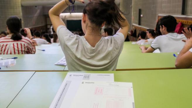 Una estudiante se coge una coleta antes de comenzar las pruebas de Selectividad.