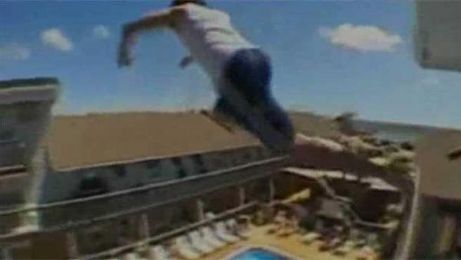 Imgen capturada de un vídeo en la que un joven hace 'balconing'.