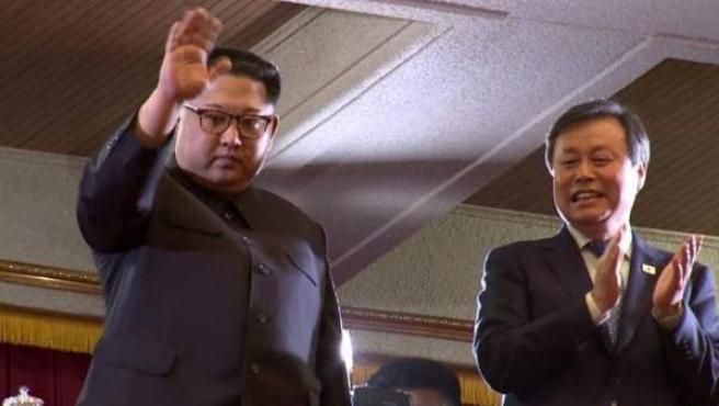 El dictador de Corea del Norte, Kim Jong-un, saludando a sus ciudadanos.