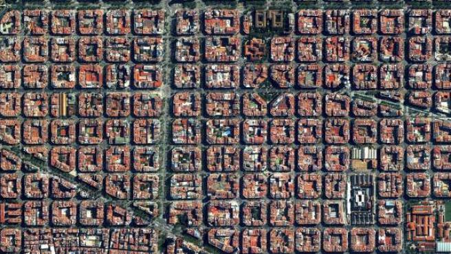 Este distrito barcelonés se caracteriza por su estricto patrón de cuadrícula y apartamentos con patios comunitarios. Las calles anchas se ensanchan en intersecciones octogonales para crear buena visibilidad y tener luz solar, más espacio y aparcamientos.