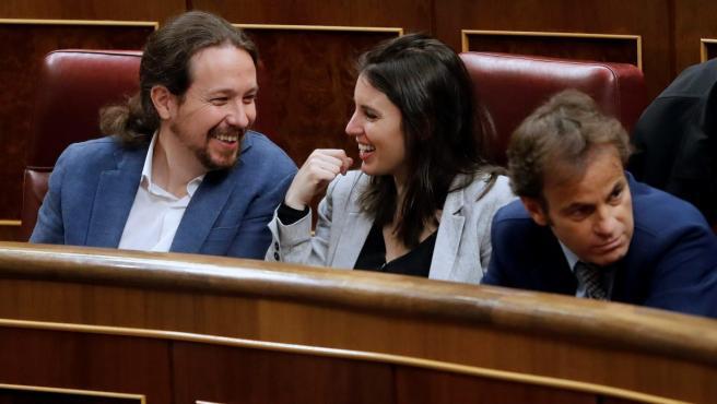 El secretario general de Podemos, Pablo Iglesias, y la número dos de la formación morada, Irene Montero (c), antes del inicio de la sesión constitutiva de las nuevas Cortes Generales.