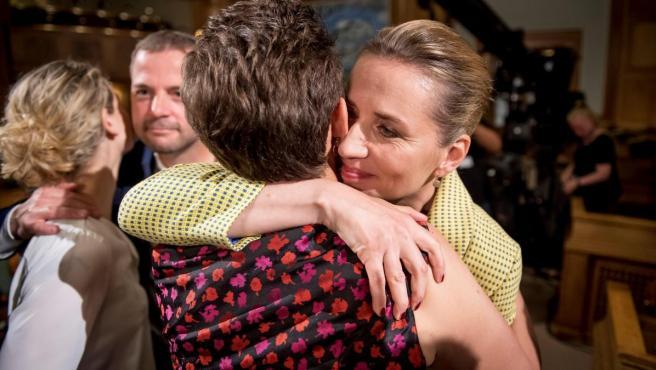 La líder opositora Mette Frederiksen (d) de los socialdemócratas daneses abraza a una partidaria tras el anuncio de los resultados de las Elecciones Parlamentarias.