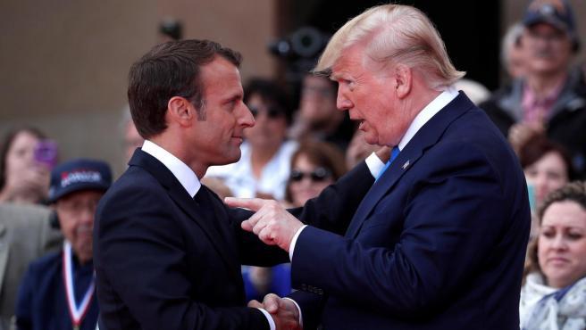 El presidente galo, Emmanuel Macron (i), y su homólogo estadounidense, Donald Trump (d), durante la ceremonia de conmemoración del 75 aniversario del Día D, en Francia.