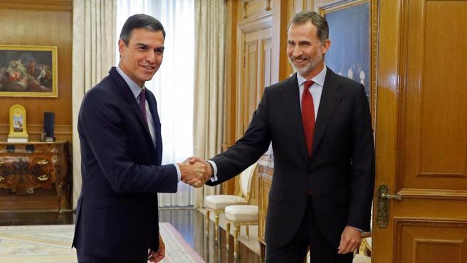 El rey Felipe VI saluda al líder del Partido Socialista PSOE, Pedro Sánchez (i), en el Palacio de la Zarzuela, en la ronda de contactos para proponer un candidato a la presidencia del Gobierno.