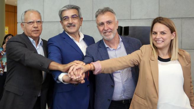 El próximo presidente de Canarias, el socialista Ángel Víctor Torres, con sus socios de Podemos, Nueva Canarias y Agrupación Socialista Gomera.