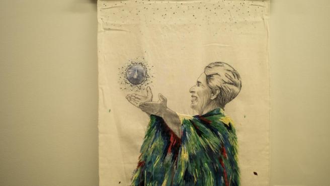 El manto del Quetzal, de Patricia Fornos. Obra de la exposición 'Llorando a Chavela'.