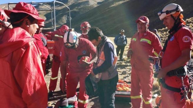 Bomberos de Antofagasta tras labores de rescate de dos españoles, aunque uno falleció, en un cerro cerca de La Paz (Bolivia).