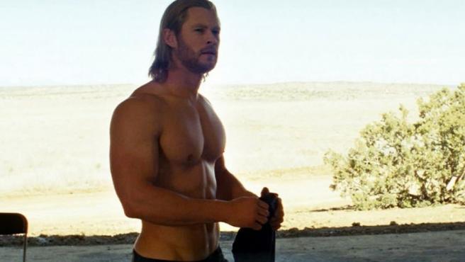 El actor Chris Hemsworth sin camiseta en 'Thor'.