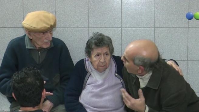 Hilda y Hugo junto a su hijo Raúl, que les recogió en la comisaría y los llevó a su casa.