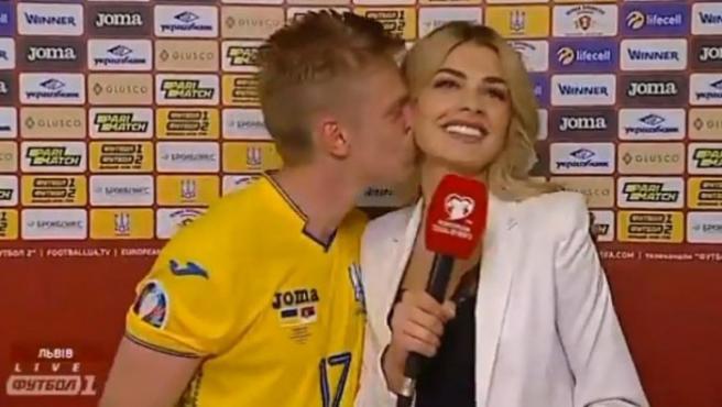 Oleksandr Zinchenko besa a Vlada Shcheglova en la entrevista.