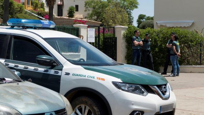 Vista de la vivienda en la que la Guardia Civil investiga la muerte de un matrimonio cubano en Ayamonte (Huelva).