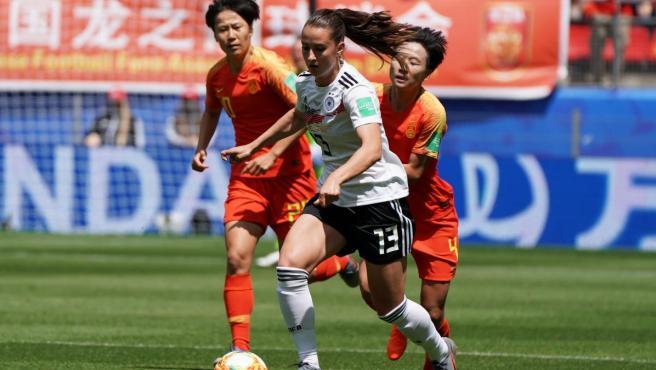 La alemana Sara Daebritz avanza ante dos jugadoras chinas.