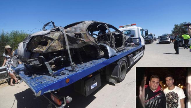 Combo de imágenes del vehículo calcinado que conducía Reyes, y del primo superviviente del accidente (derecha).