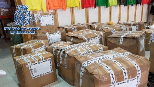 Policía Nacional Nota De Prensa Y Foto (La Policía Nacional Se Incauta De 7.049 Prendas Textiles Falsificadas En Un Polígono En Málaga)