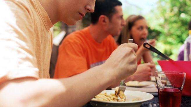 Una persona comiendo en una imagen de archivo.