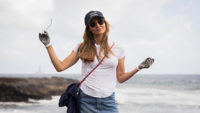 La modelo Ariadne Artiles participa en una recogida de plásticos y basura en una playa de San Borondón (Gran Canaria)