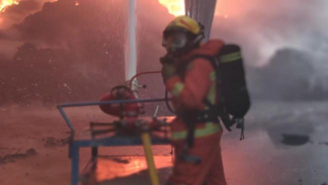 Valencia.- Sucesos.- Controlado un incendio en una planta de reciclaje de Riba-roja con 1.000 metros cuadrados afectados