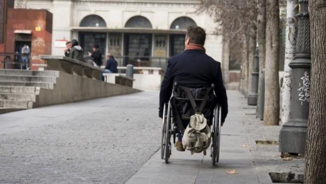 Un hombre en silla de ruedas en una imagen de archivo.