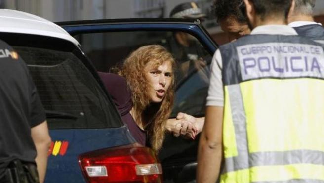 Imagen de archivo de la 'viuda negra' de Alicante, durante un registro policial en su vivienda.