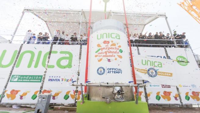 Almería.- La capital elabora el gazpacho más grande del mundo, récord Guinness con 9.800 litros