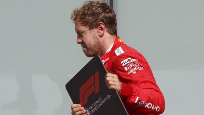 Sebastian Vettel retira el cartel del número 1 del coche de Hamilton tras el polémico GP de Canadá.