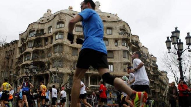 Varios corredores durante la maratón de Barcelona.