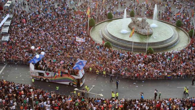Una de las carrozas del desfile del Orgullo Gay pasa por la plaza de Cibeles, en Madrid.