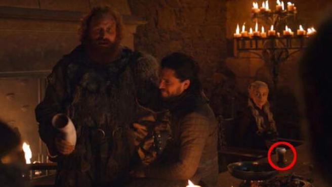 Un vaso de café de Sturbucks, en el cuarto episodio de la octava temporada de 'Juego de Tronos'.