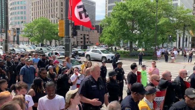 Un grupo de neonazis, interrumpiendo el Desfile del Orgullo en Detroit (EE UU).