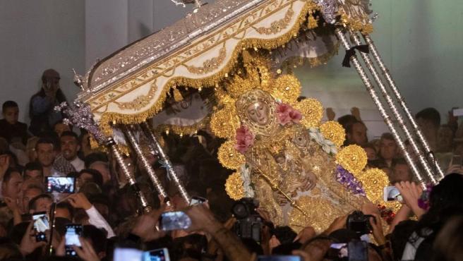 Los almonteños han saltado la reja a las 2:48 horas, instante en el que el Simpecado de la Hermandad Matriz de Almonte ha cruzado la Concha Peregrina, que hace de pórtico del Santuario de la Virgen del Rocío, procedente del rezo del Santo Rosario, dando comienzo la procesión.