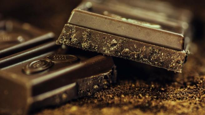 Antes de optar por la tableta más barata, es muy recomendable comprobar el porcentaje de cacao que contiene y si el chocolate es orgánico o no. En caso negativo, es buena idea rascarse el bolsillo un poco más.