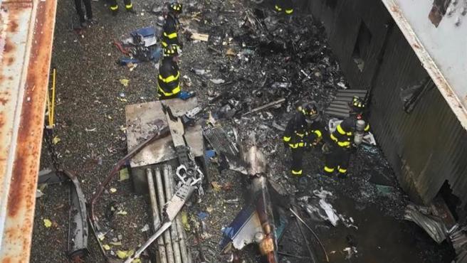 Bomberos trabajan en la azotea del edificio Equitable Building, en Manhattan (Nueva York), contra la que se estrelló un helicóptero al tratar de realizar un aterrizaje de emergencia.