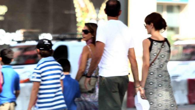 Una familia numerosa paseando por la calle.