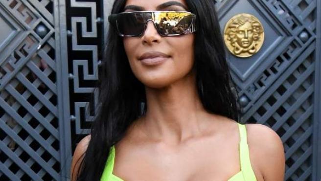 Kim Kardashian posa con un vestido flúor y una gafas de sol extragrandes.