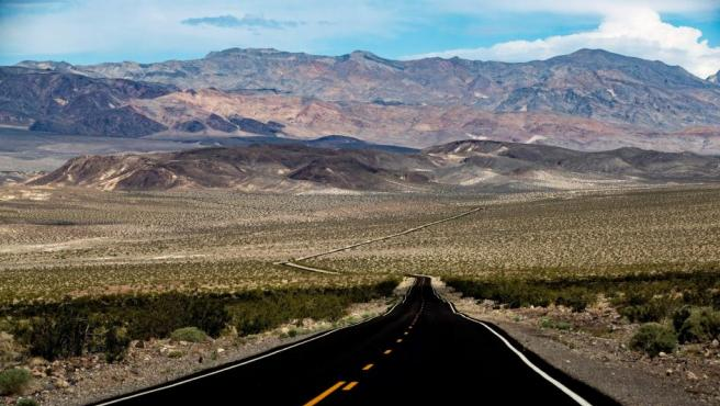 Imagen que muestra la carretera que hay entre la pequeña estación de paso de Stovepipe Wells y el gran cráter volcánico Ubehebe, en el desierto del Valle de la Muerte, California (EE UU).