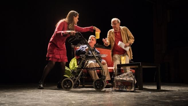 Actores con y sin discapacidad interpretan una escena de la obra 'Se vende ático'.