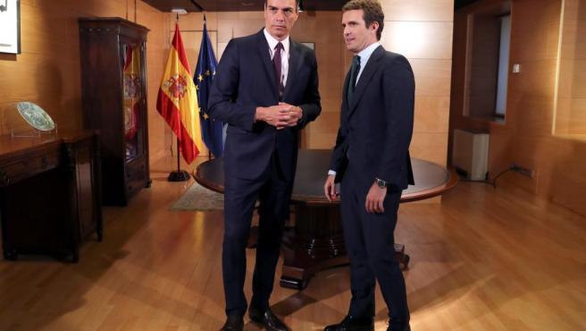 Pedro Sánchez y Pablo Casado, antes de una reunión en el Congreso.