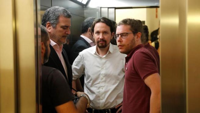 El secretario general de Podemos, Pablo Iglesias (c), tras su comparecencia ante los medios tras la reunión con Sánchez.