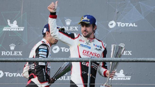 Fernando Alonso celebra en el podio de una de las carreras del WEC.