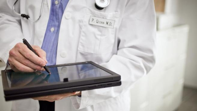 Médico revisando su tableta.