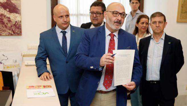 El portavoz de Vox, Alejandro Hernández, ha anunciado la retirada de dicha enmienda.